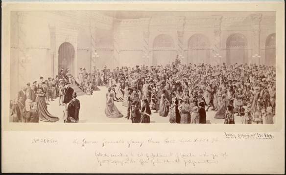 Un groupe de photos de centaines d'invités costumés à un bal costumé. Une peinture de la salle de bal de Rideau Hall se trouve à l'arrière-plan.
