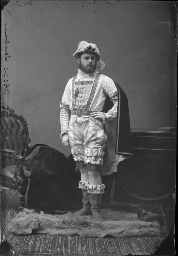 Photo noir et blanc d'un homme costumé en l'explorateur Jacques Cartier dans un studio de photographie.