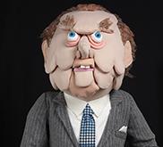 Image en couleur d'un buste en tissu qui ressemble au premier ministre John Diefenbaker.