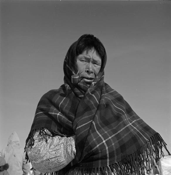 Portrait d'une femme portant un châle en tartan et fumant la pipe.