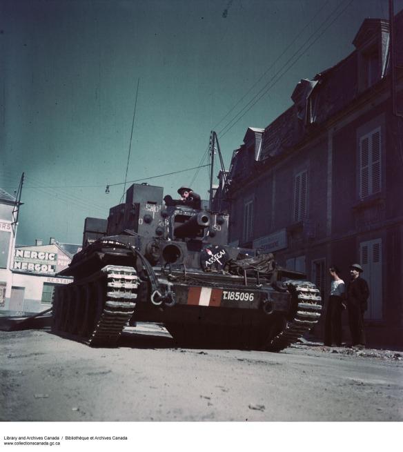 Photographie couleur d'un véhicule blindé armé d'un gros canon.