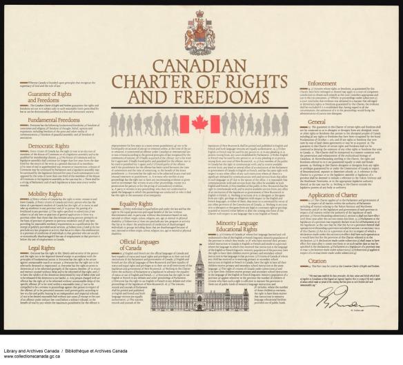 Une reproduction couleur de la Charte avec un morceau de ruban gommé dans le coin gauche. Les armoiries du Canada figurent au centre dans le haut de la page, avec en dessous le titre et le drapeau canadien flanqué de silhouettes des deux côtés. Au bas, on voit une illustration de l'édifice du Parlement. Le texte de la Charte est affiché sur quatre colonnes.