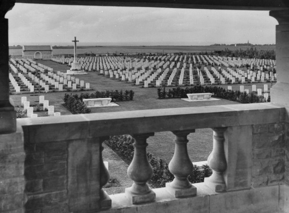 Photographie en noir et blanc montrant la grande Croix du Sacrifice et plusieurs rangées de pierres tombales de la Commission de l'Empire pour les tombes de guerre (Imperial War Graves Commission).