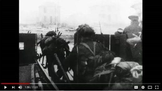 Image en noir et blanc, tirée d'un film, où l'on voit des soldats sortir d'une péniche de débarquement.