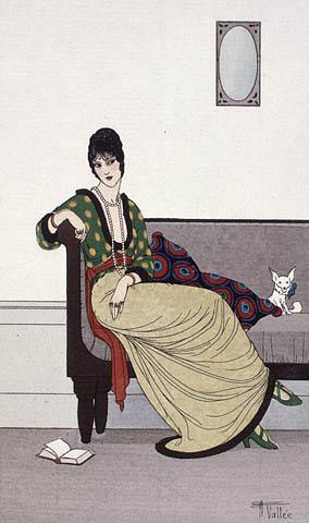 Gravure en couleur d'une femme assise. Elle porte une longue jupe crème et un chandail vert avec des motifs ovales crème. Le chandail est ceinturé d'un foulard rouge. Elle porte également des chaussures à talons hauts vertes, un long collier de perles et des bagues aux doigts.