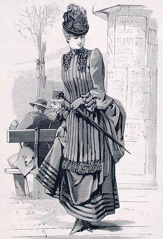 Dessin noir et blanc d'une femme vêtue d'une robe avec une jupe unie bordée de cinq rangées de velours le long de l'ourlet avec un corset à plis drapé comme un tablier sur le devant. Elle porte un chapeau orné de plumes et tient un parapluie.