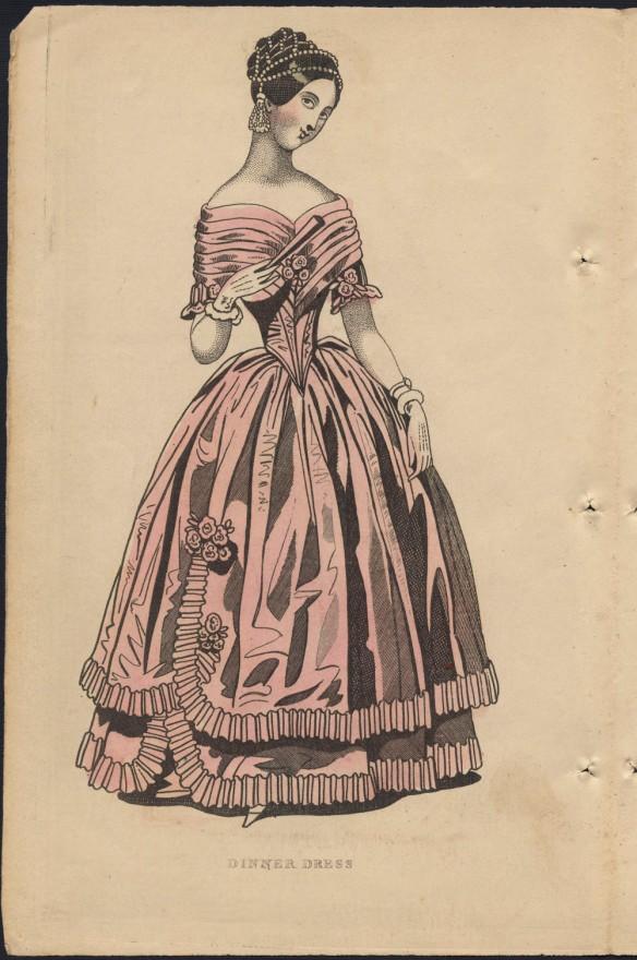 Gravure en couleur d'une femme vêtue d'une robe de soirée avec un corset à plis laissant les épaules dénudées et des ruches le long de l'ourlet. Elle porte un filet orné de perles sur la tête et tient un éventail dans sa main gantée.