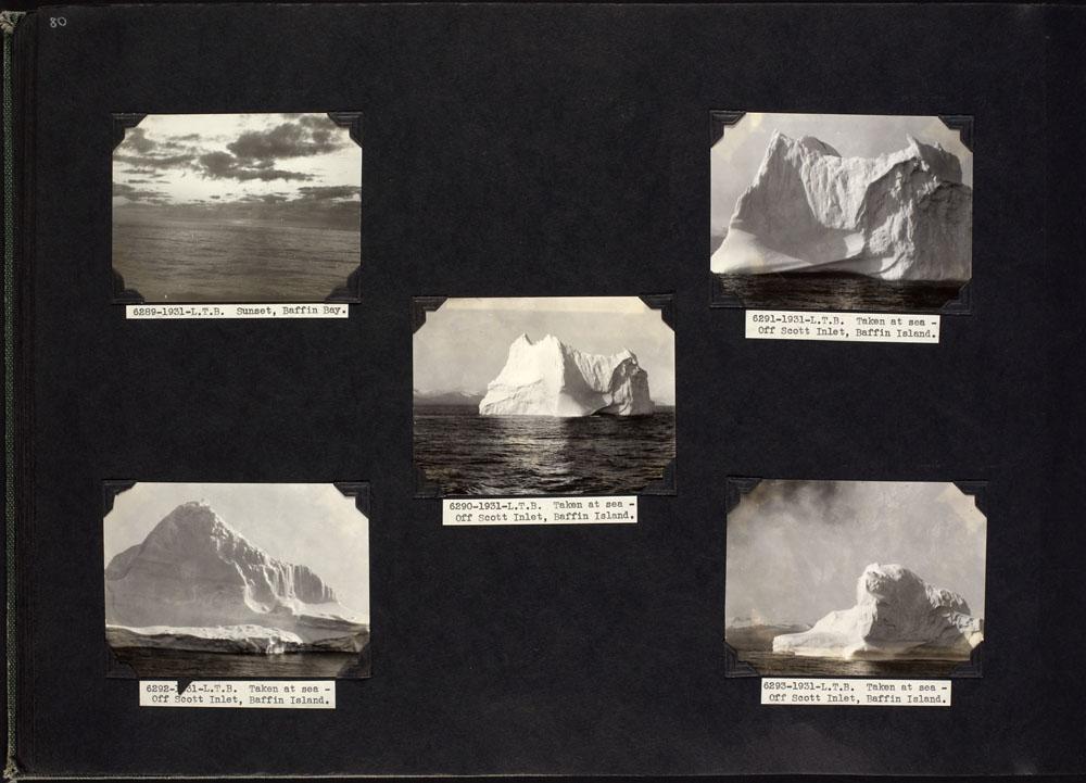 Page d'album avec cinq photos noir et blanc montrant différents types d'icebergs en gros plan et un coucher de soleil sur l'océan. Légendes, de gauche à droite : « Coucher de soleil, baie de Baffin » et « Photo prise en mer, sur le bras Scott, au large de l'île de Baffin ».