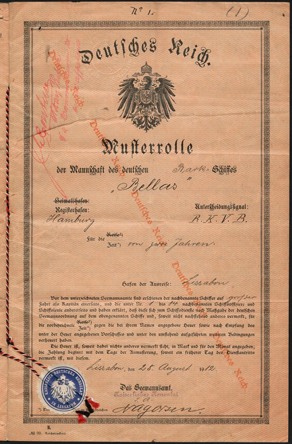Document écrit en allemand. En filigrane sur le papier, diagonalement de gauche à droite, il est écrit Deutsches Reich (Empire germanique). Le titre du document est Deutsches Reich suivi des armoiries de l'Empire germanique et, au-dessous, Musterrolle der Mannschaft des deutschen Bellas.