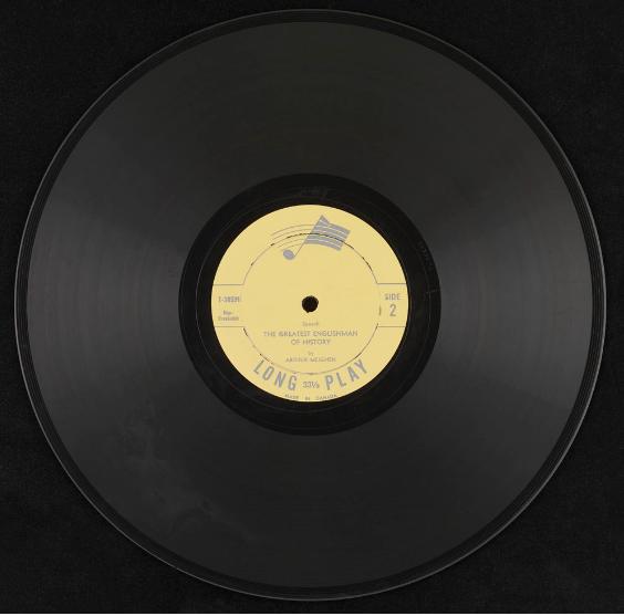 Disque vinyle noir de 12 pouces (30 cm) avec étiquette jaune.