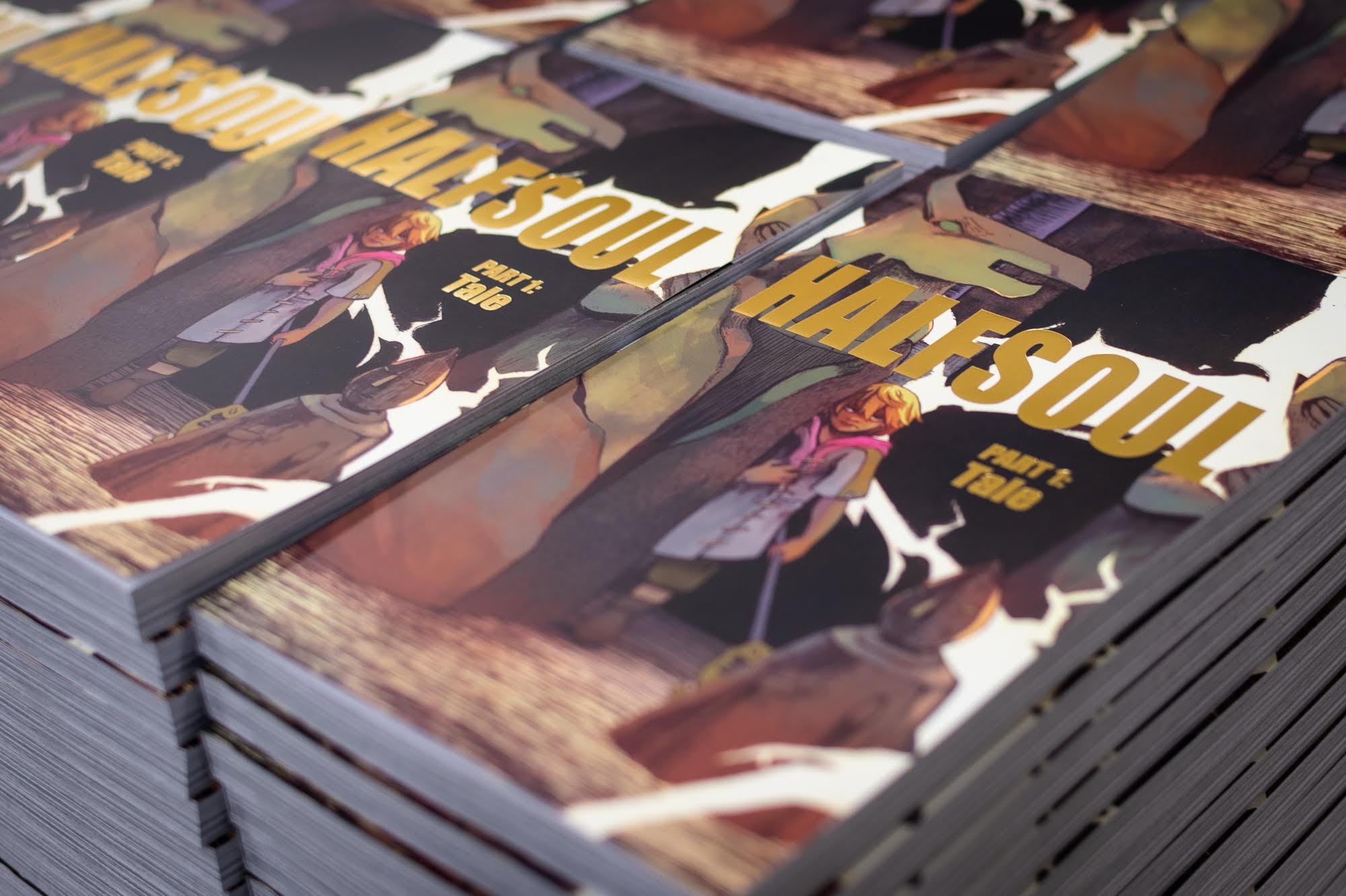 Photo couleur de plusieurs piles du roman graphique Halfsoul.