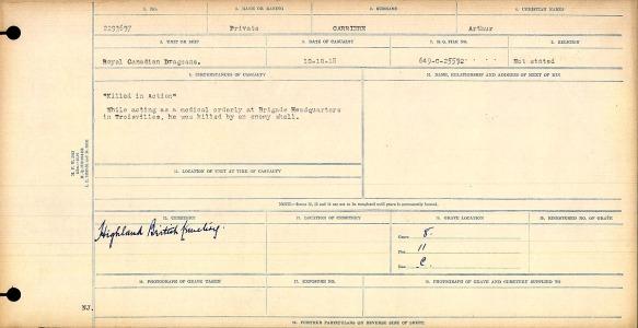 Formulaire dactylographié avec inscriptions manuscrites indiquant que le soldat Arthur Carriere a été tué au combat par un obus ennemi. Une note à l'encre foncée précise qu'il est enterré au Highland British Cemetery.