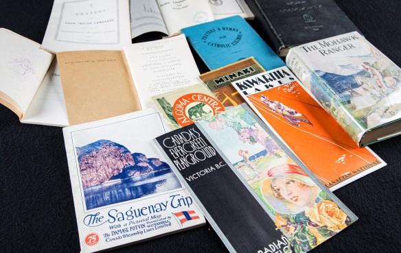 Photo couleur d'une variété de livres à couvertures souples.