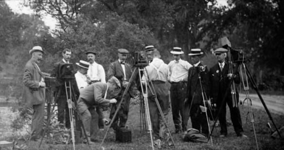 Photo noir et blanc de membres du club de photographie de Toronto, à l'extérieur avec leurs appareils photo.