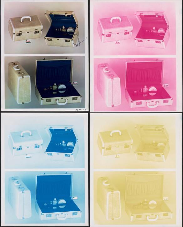 Photo couleur d'une mallette accompagnée de trois négatifs identiques, le premier de couleur magenta, le deuxième de couleur cyan et le troisième de couleur jaune.