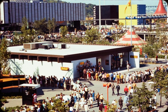 Photo couleur de la longue file devant le pavillon de Kodak lors de l'Expo 67.
