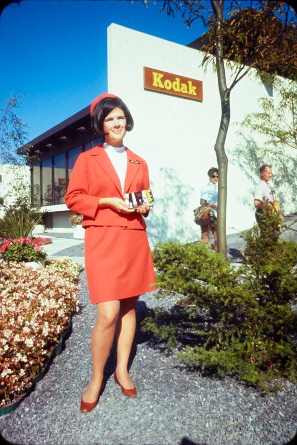 Représentante de Kodak à l'extérieur du pavillon de l'entreprise lors de l'Expo 67.