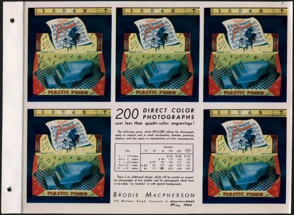 Page montrant, en cinq exemplaires, une photo sur laquelle on voit un minuscule piano bleu avec un banc, à l'intérieur d'une boîte rouge et jaune couverte de notes de musique. Sur la page, on peut lire « 200 reproductions directes de photographies couleur coûtent moins cher qu'une gravure en quatre couleurs! »