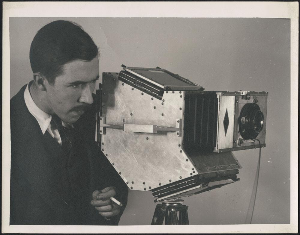Photo noir et blanc de Brodie Macpherson avec son appareil photo à prise unique de marque Devin.