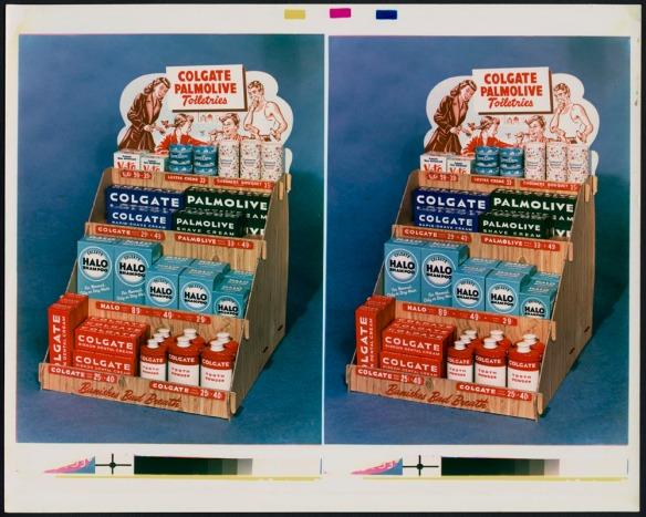 Deux photographies couleur identiques d'un présentoir à étages contenant des produits Colgate et Palmolive, comme de la crème à raser, du shampooing, du dentifrice et de la poudre dentifrice. Le présentoir a été photographié en studio sur un fond bleu.