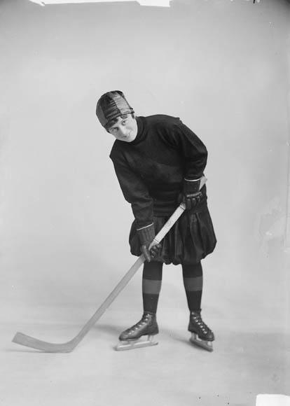 Photographie noir et blanc d'une hockeyeuse professionnelle.