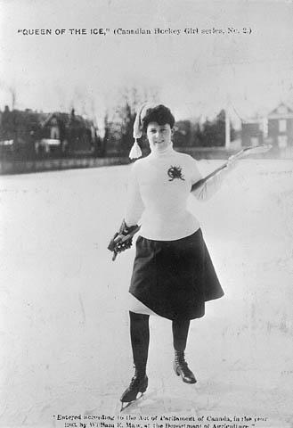Photographie noir et blanc d'une femme vêtue d'une jupe pour une partie de hockey en plein air.