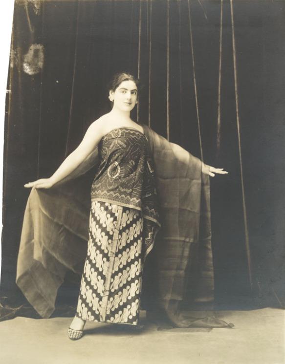 Photo en noir et blanc d'une femme faisant face à l'appareil photo et portant une robe traditionnelle javanaise.