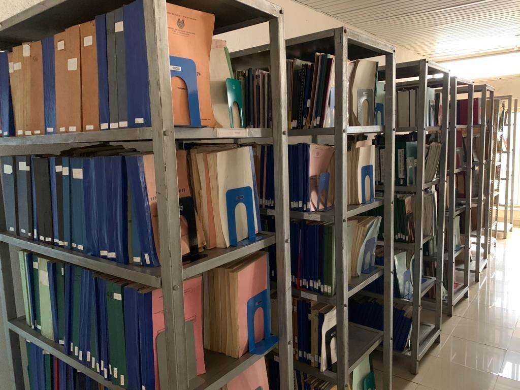 Photo couleur d'archive sur des étagères.