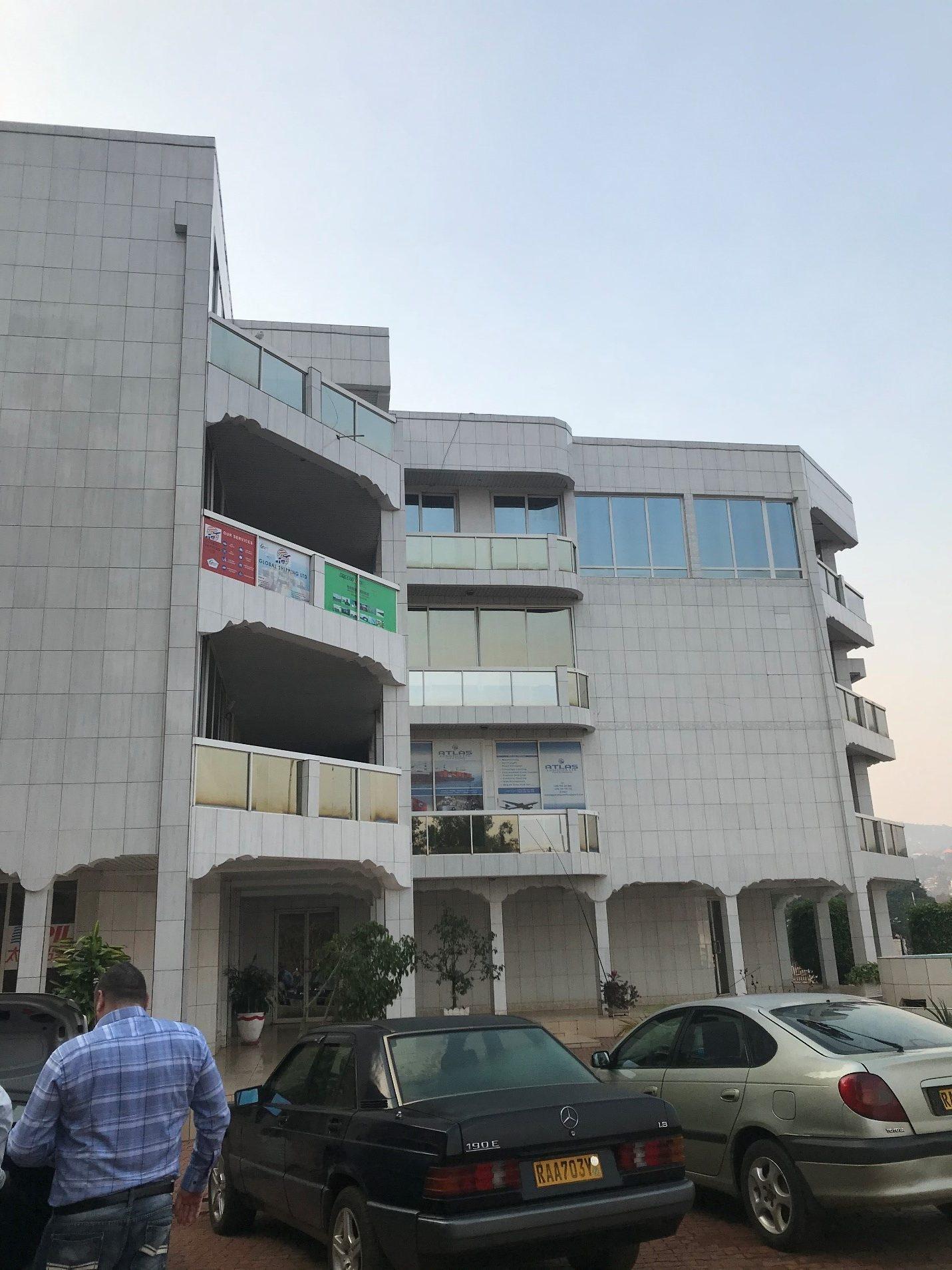 Photo couleur d'un immeuble de bureaux.