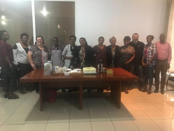 Une photo couleur d'un groupe de personnes réunies autour d'une table.