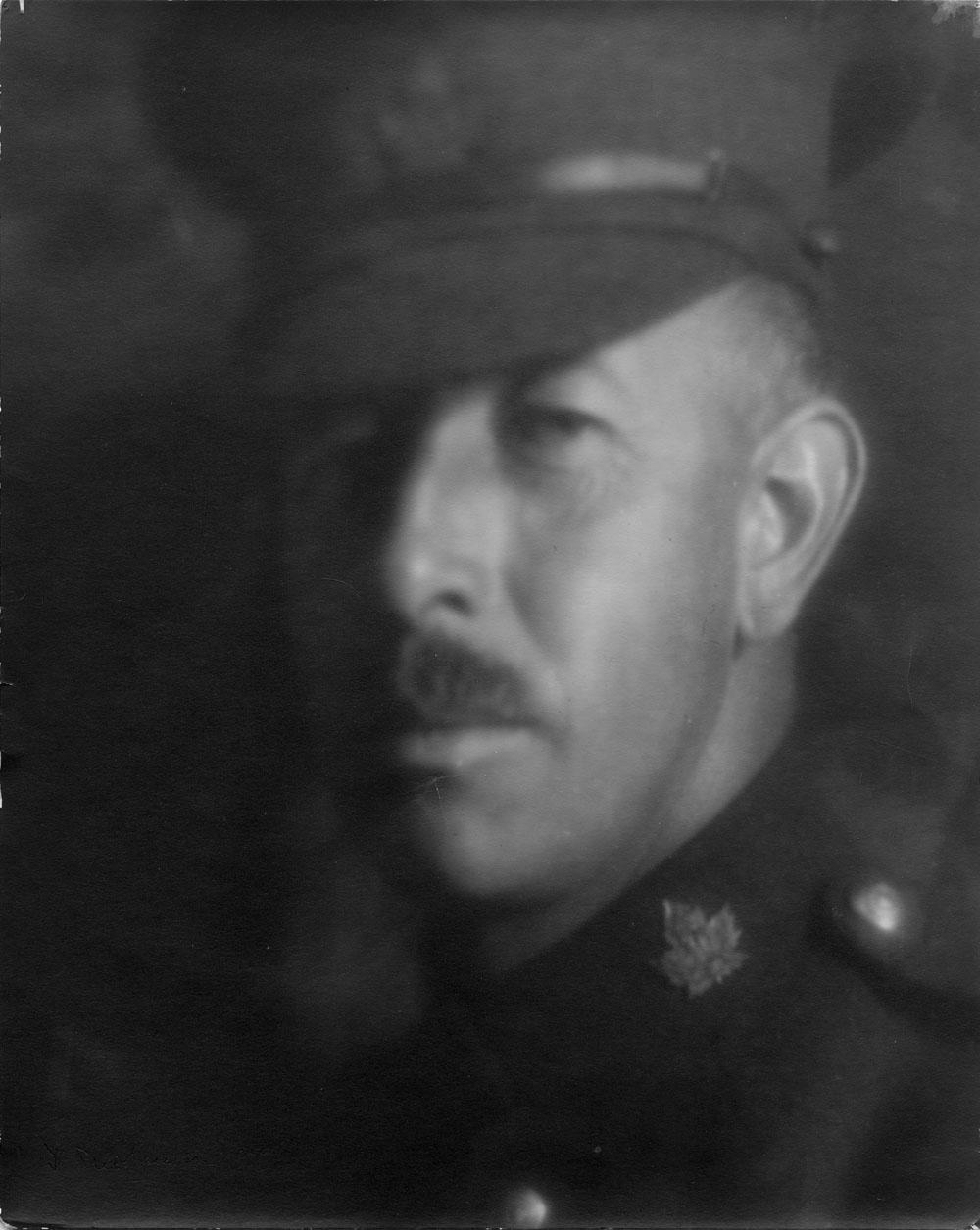 Photo noir et blanc d'un homme en uniforme militaire.