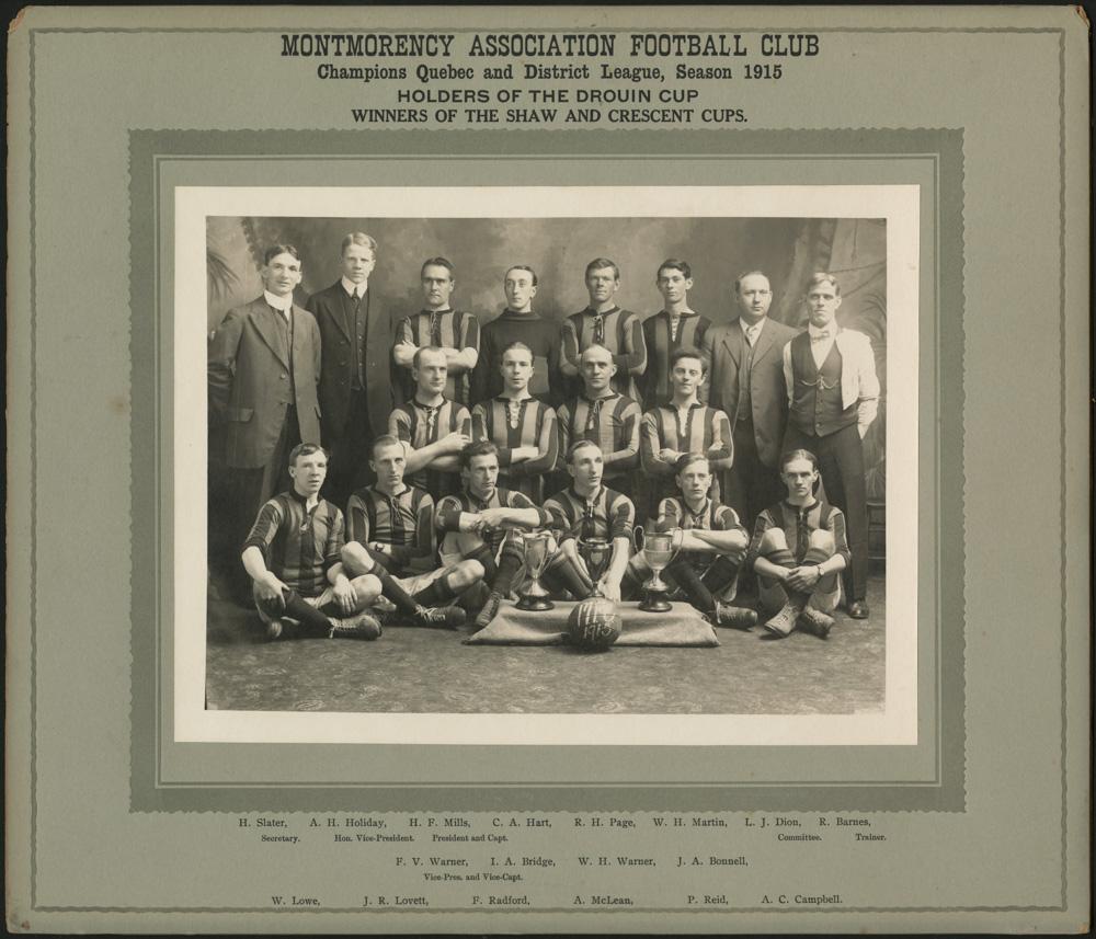Une photographie noir et blanc d'une équipe de soccer montrant les joueurs en chandail rayé et les entraîneurs en costume.
