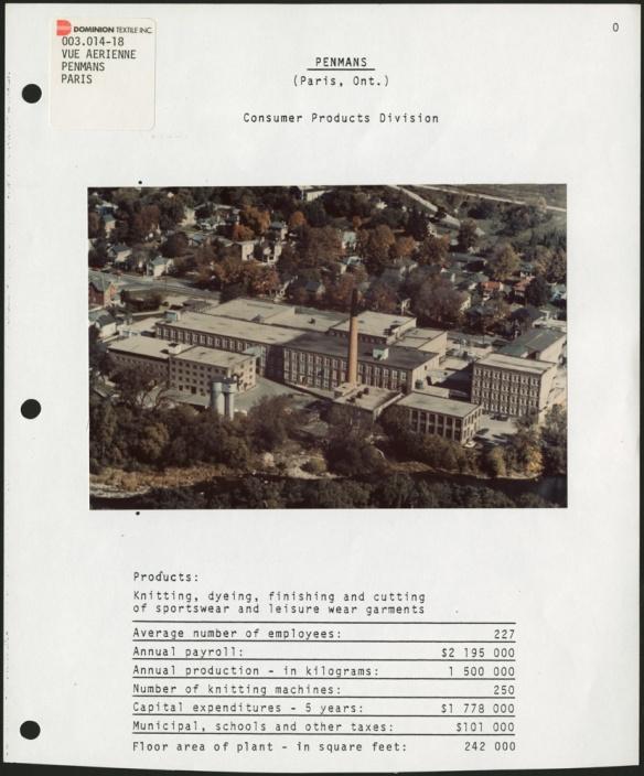 Page d'un classeur montrant une photo aérienne en couleur d'une usine avec sa cheminée au centre, entourée d'arbres et d'une ville, avec des statistiques sous la photo.