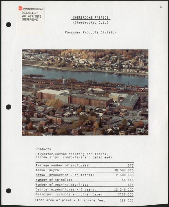 Page d'un classeur montrant une photo aérienne en couleur d'une usine en ville, près d'une rivière, avec des statistiques imprimées sous la photo.
