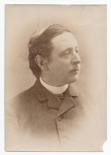 Photographie du buste de Frederic Marlett Bell-Smith.