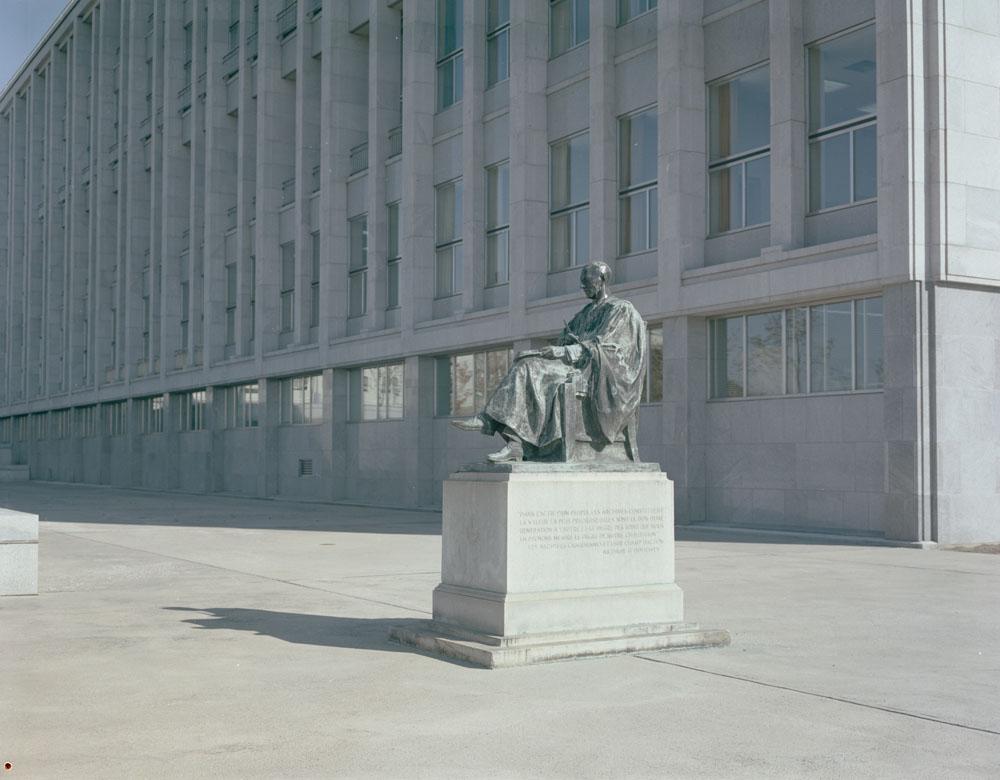Photo couleur montrant une statue d'un homme assis.