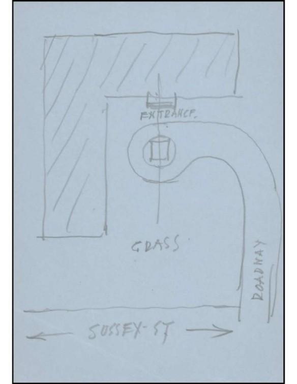 Croquis d'un plan. On peut y lire certaines inscriptions en anglais : « Sussex St » [rue Sussex] en bas, « Roadway » [chemin d'accès] à droite, « Grass » [gazon] au centre, et « Entrance » [entrée] en haut. Un carré marque l'emplacement désiré d'une statue à l'extrémité d'un chemin d'accès menant à l'entrée d'un édifice.