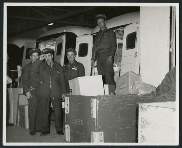Trois photos noir et blanc montrant, au fil des décennies, des livreurs en uniforme devant leurs camions.