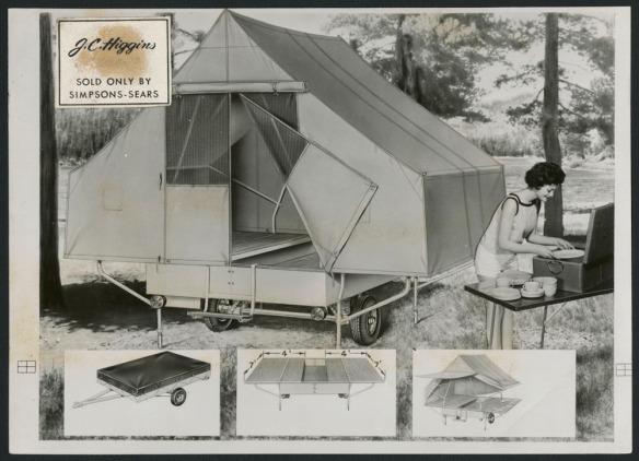 Photo noir et blanc montrant une tente-roulotte et une campeuse en train de sortir de la vaisselle sur une table. En bas, on voit des vignettes montrant différentes vues de la tente-roulotte.