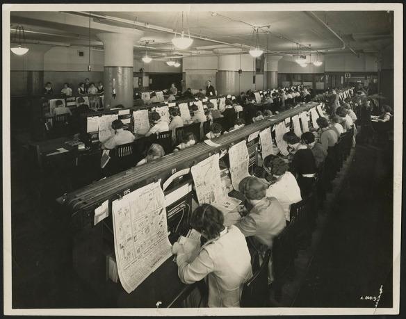 Quatre photos noir et blanc et deux photos couleur, prises au fil des décennies, montrant des employées assises à des standards téléphoniques, avec un casque d'écoute, en train de prendre les commandes des clients.