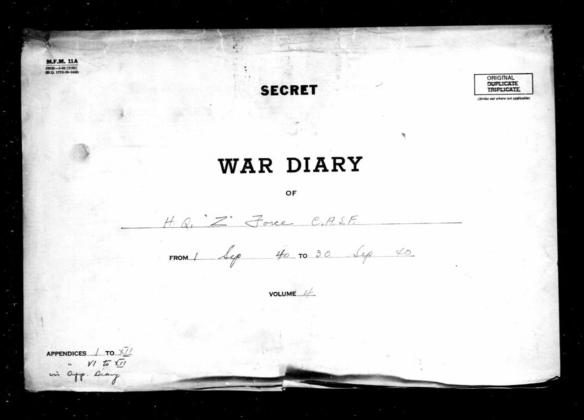 Page couverture d'un journal de guerre. On peut y lire, à l'encre noire sur fond blanc, les mots « Secret » et « War Diary ».