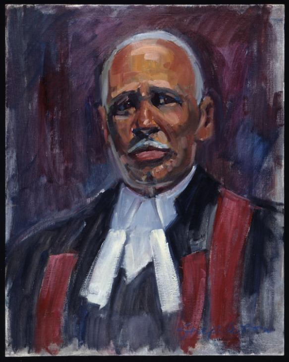 Un portrait en buste d'un homme noir âgé vêtu d'une toge de juge et d'une chemise blanche impeccable. Sa toge noire est décorée d'une écharpe bourgogne. L'homme, qui regarde directement l'observateur, a de courts cheveux gris et une moustache blanche.