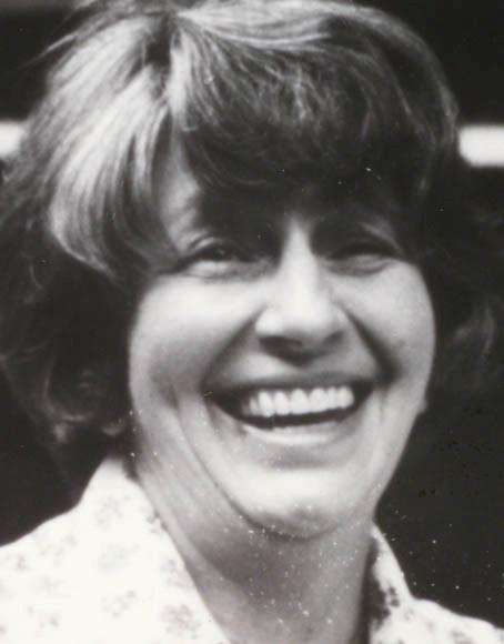 Photo noir et blanc d'une femme qui sourit.