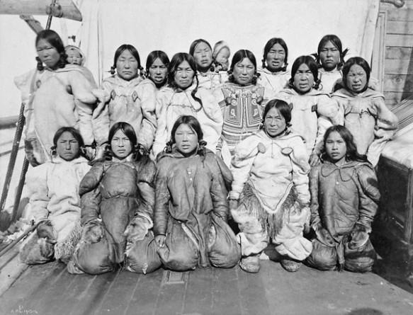 Photographie noir et blanc de 15 femmes accompagnées de deux bébés et réparties sur trois rangées.