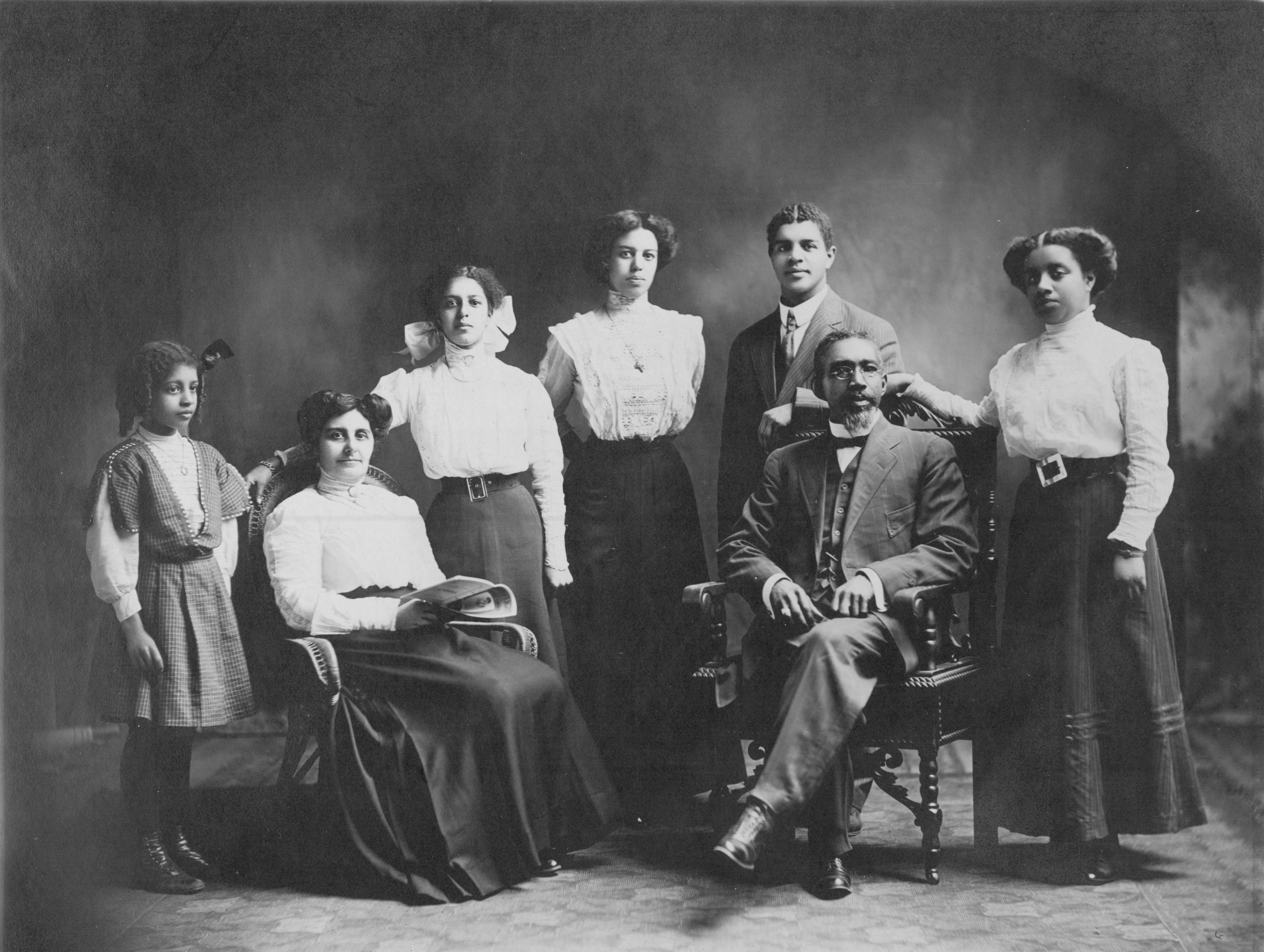 Portrait familial noir et blanc pris en studio montrant Mary Smith et John Freemont Smith assis, et cinq de leurs enfants debout autour d'eux.