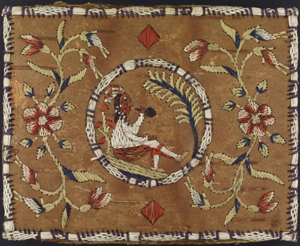 Un couvercle de boîte en écorce de bouleau orné d'un homme des Premières Nations. Ce dernier est assis de profil et fume la pipe au milieu d'un cercle placé au centre. Des fleurs rouge, blanc et bleu sont brodées de part et d'autre du cercle, et un motif de losange figure au-dessus et en dessous du cercle.