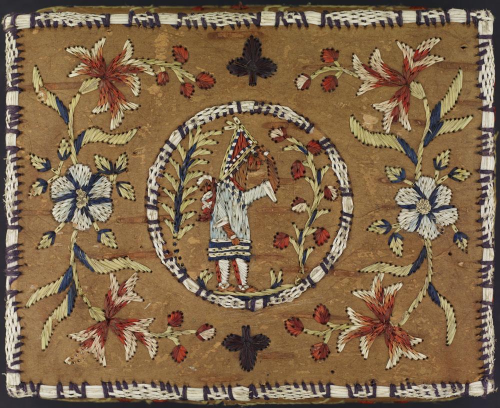 Un couvercle de boîte en écorce de bouleau sur lequel figure une femme des Premières Nations. Celle-ci se tient de profil au milieu d'un cercle placé au centre, portant un enfant sur son dos. Des fleurs rouge, blanc et bleu sont brodées de part et d'autre du cercle, et un motif de trèfle figure au-dessus et en dessous du cercle.