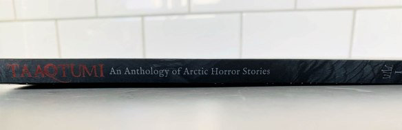 Image en couleur de la tranche d'un livre noir avec une écriture rouge et argentée.Image en couleur de la tranche d'un livre noir avec une écriture rouge et argentée.