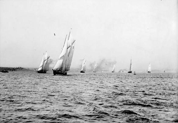 Photo noir et blanc de voiliers au départ d'une course.