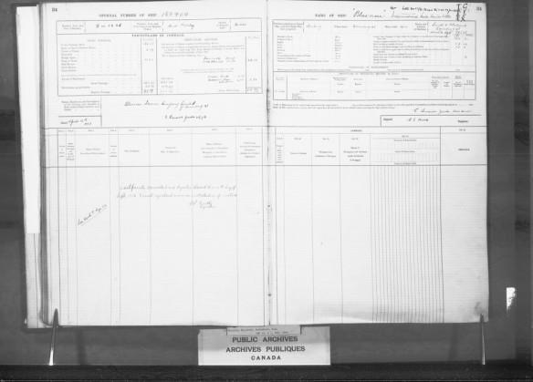 Deux pages montrant l'inscription du Bluenose dans le registre d'immatriculation des bâtiments de Lunenburg, en Nouvelle-Écosse.
